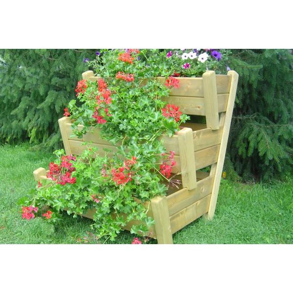 Donica drewniana w ogrodzie