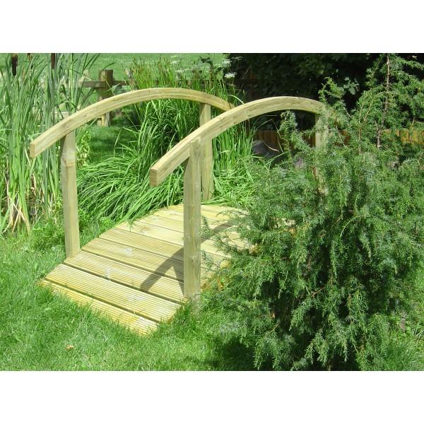 Mostek drewniany w ogrodzie