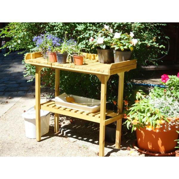 Stolik z półką w ogrodzie